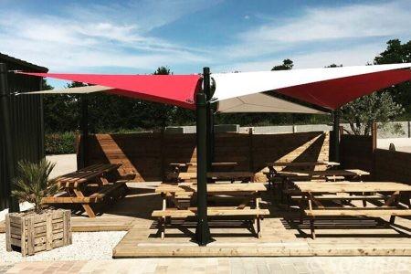 Voiles d'ombrage rouge et blanc terrasse restaurant Creation Sofareb