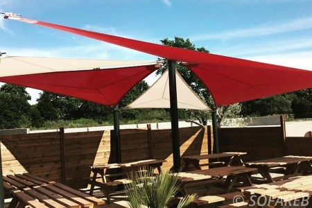 Voiles d'ombrage rouge et blanc terrasse restaurant