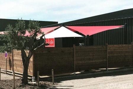 Voiles d ombrage rouge et blanc terrasse restaurant