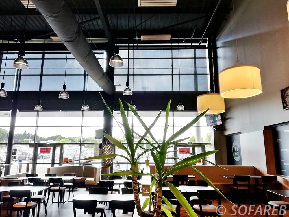 cafétéria du hyper U de Chantonnay avec en arriere plan les stores fabriqués sur-mesure par Sofareb