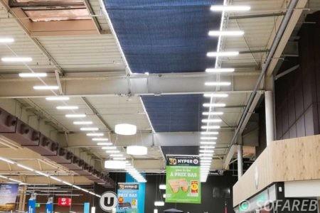 Vue de loin des toiles tendues au plafond pour protéger du soleil dans le hyper U de Chantonnay