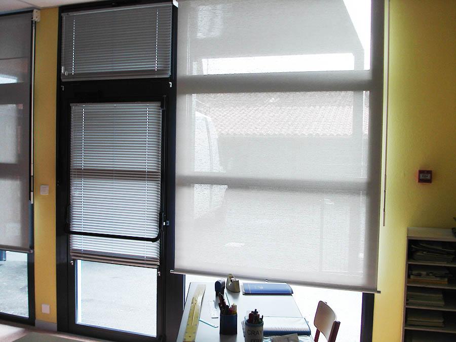 Stores intérieurs gris verticaux occultant pour fenêtre