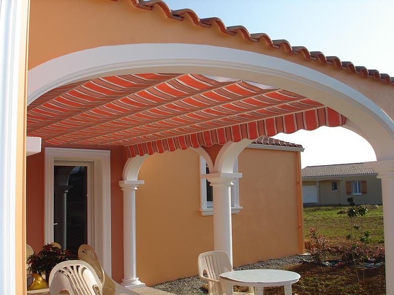 Velum orange installé sur le toit extérieur d'une maison