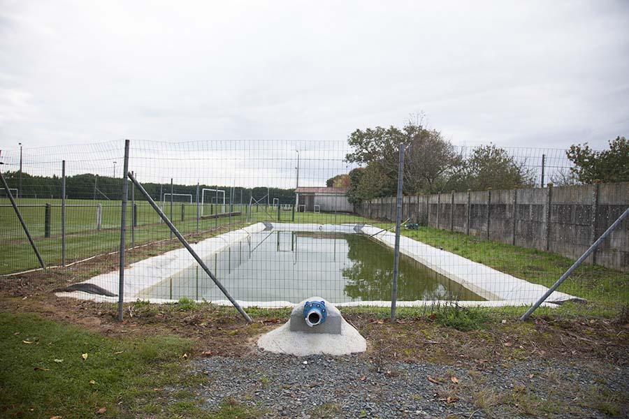 Reserve d-eau à cote d-un terrain de foot