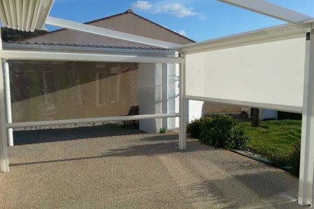 Velum replié sur une terrasse combiné à une pergola adossée sur une maison