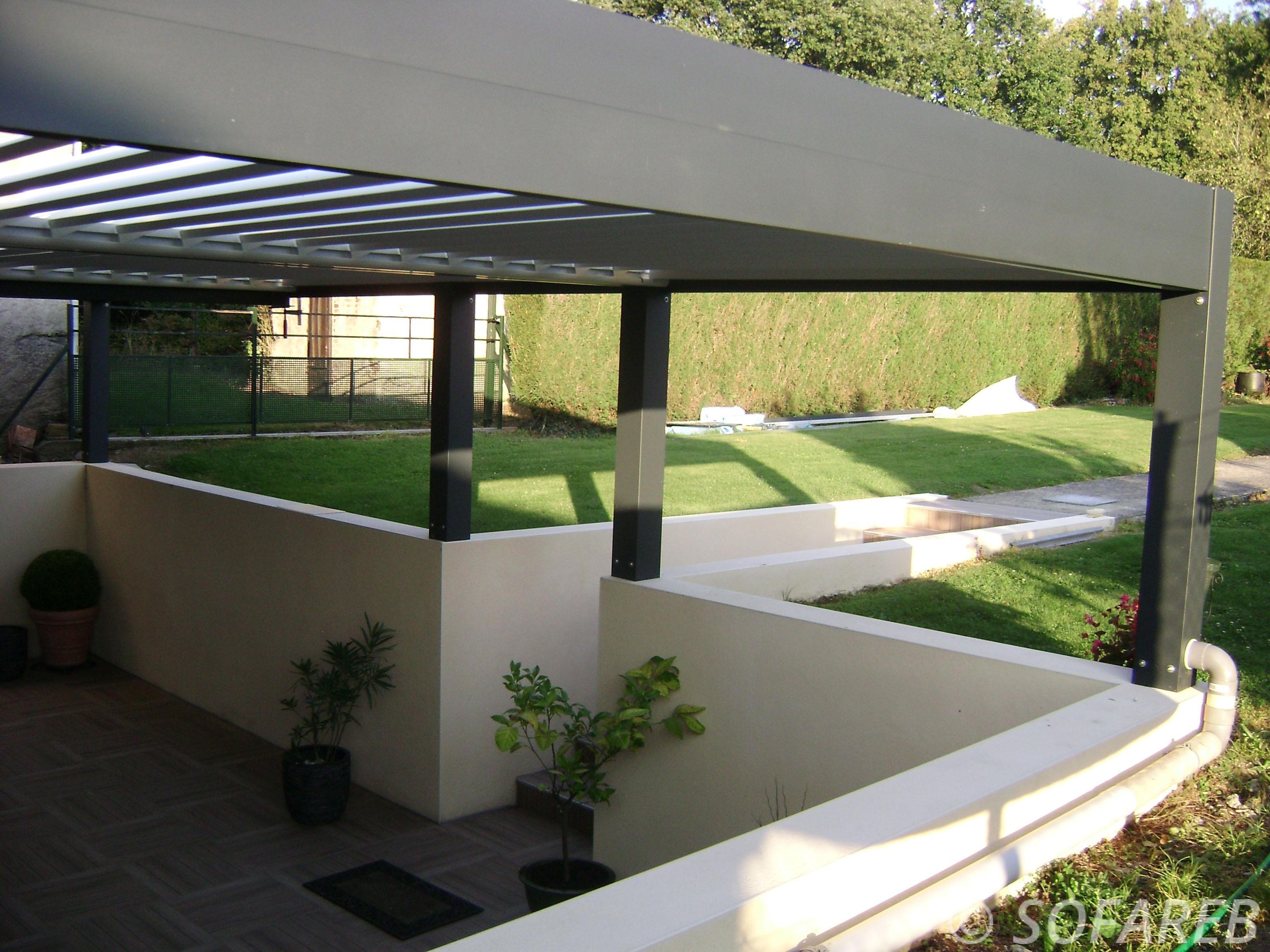 Pergola-bioclimatique-sur-une-terrasse-en-contrebas