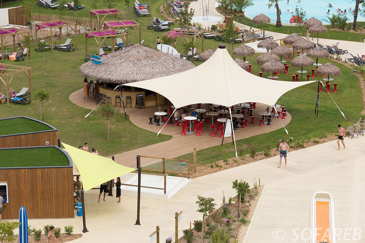 Plan large sur le parc aquatique OGliss Park avec vue sur la structure metallo textile blanche Sofareb et sur les voiles dombrage sur-mesure posées par Sofareb