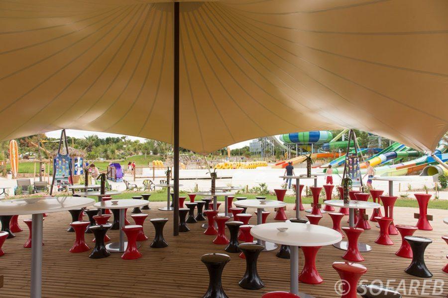 Vue de lintérieur dune grande structure metallo textile fabriquée sur-mesure par léquipe Sofareb pour la terrasse dun des restaurants OGliss Park en Vendée