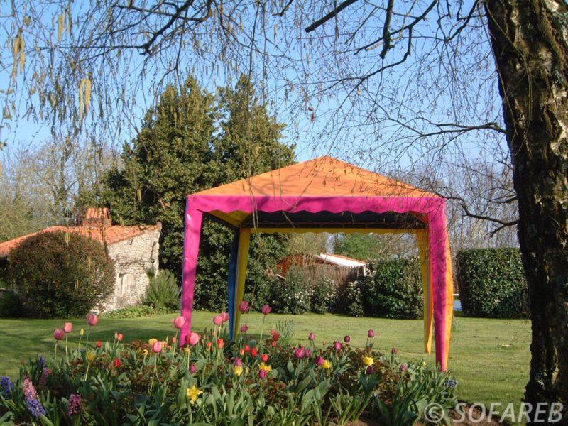 tonnelle-jardin-rose-structure-qualite-professionnelle-particulier-sur-mesure-mesures-demande-vendée-qualité-france-française-Sofareb-local-expérience-particuliers-professionnels-protection-technique-exterieur-architecte