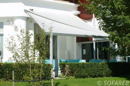 velum blanc recouvrant terrasse - ombrage fabrication vendee store