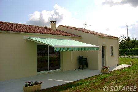 Store bleue et vert exterieur ombrage devanture terrasse
