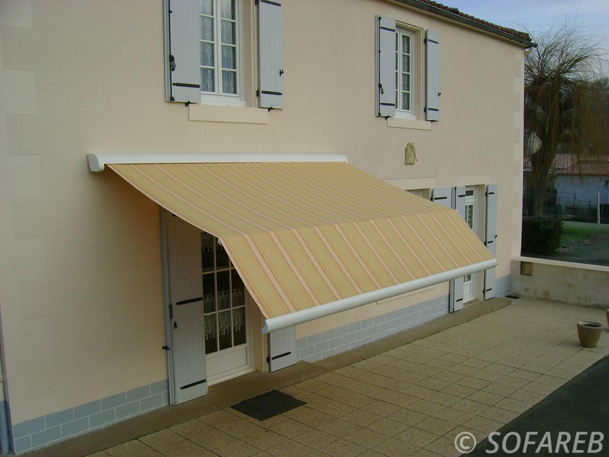store jaune et blanc exterieur - devanture maison - depliable fabrication vendee store