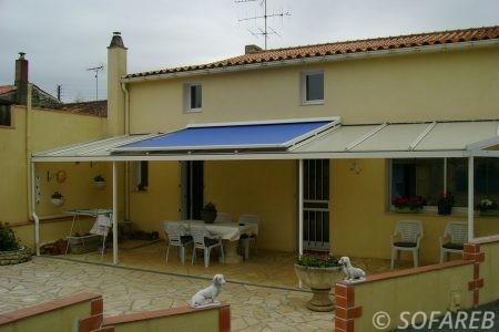 store blanc toit extérieur et bleue occultant