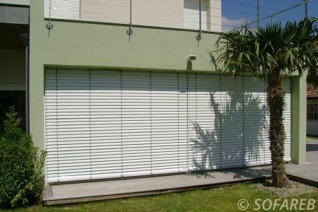 store blanc vertical depliable immeuble permettant de fermer completement l interieur ou partiellement