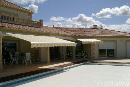 Store blanc-jaune-gris ombrage terrasse maison et depliable