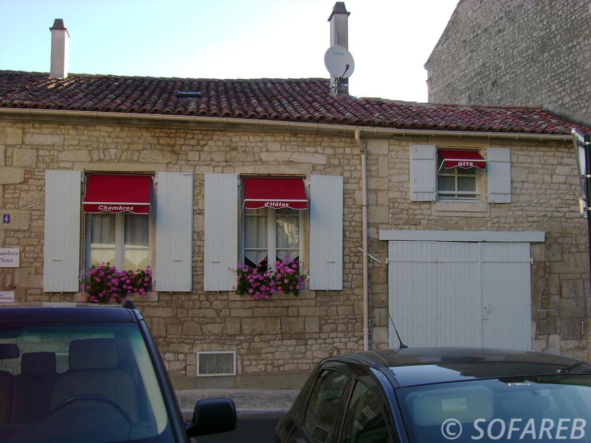 mini-store rouge fenetre a titre indicatif Fabrication de store pour chambres d hotes