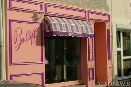 store bleue-jaune-violet en cloche - devanture vitrine coiffure