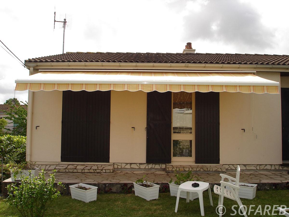 Store blanc-jaune-gris ombrage terrasse maison - depliable