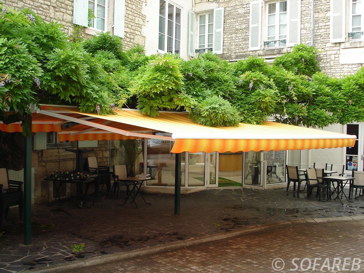 Store orange et jaune dépliable - devanture restaurant fabricant de store pour restaurant