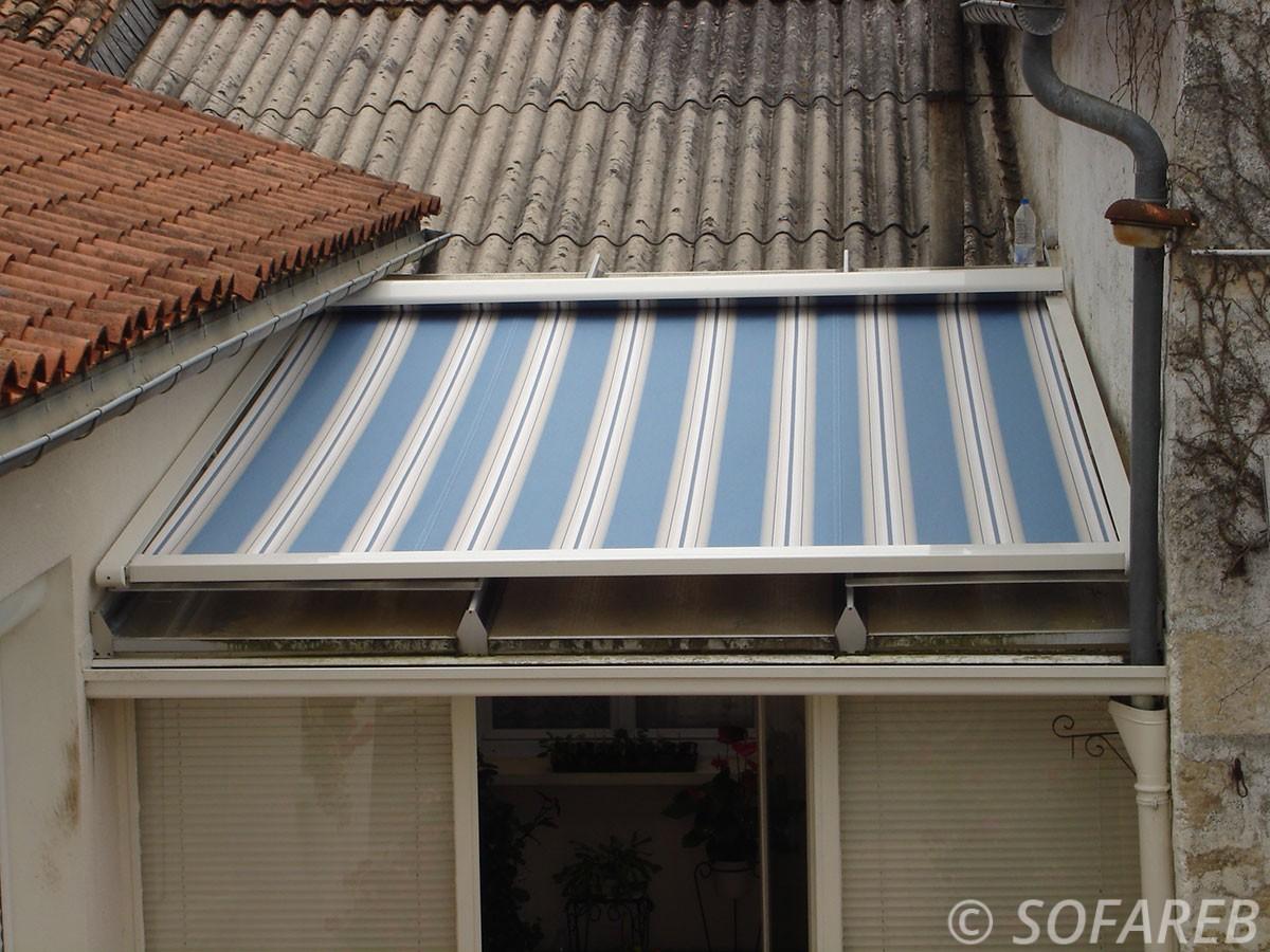 Store bleue et blanc toit extérieur - fabrication vendee store