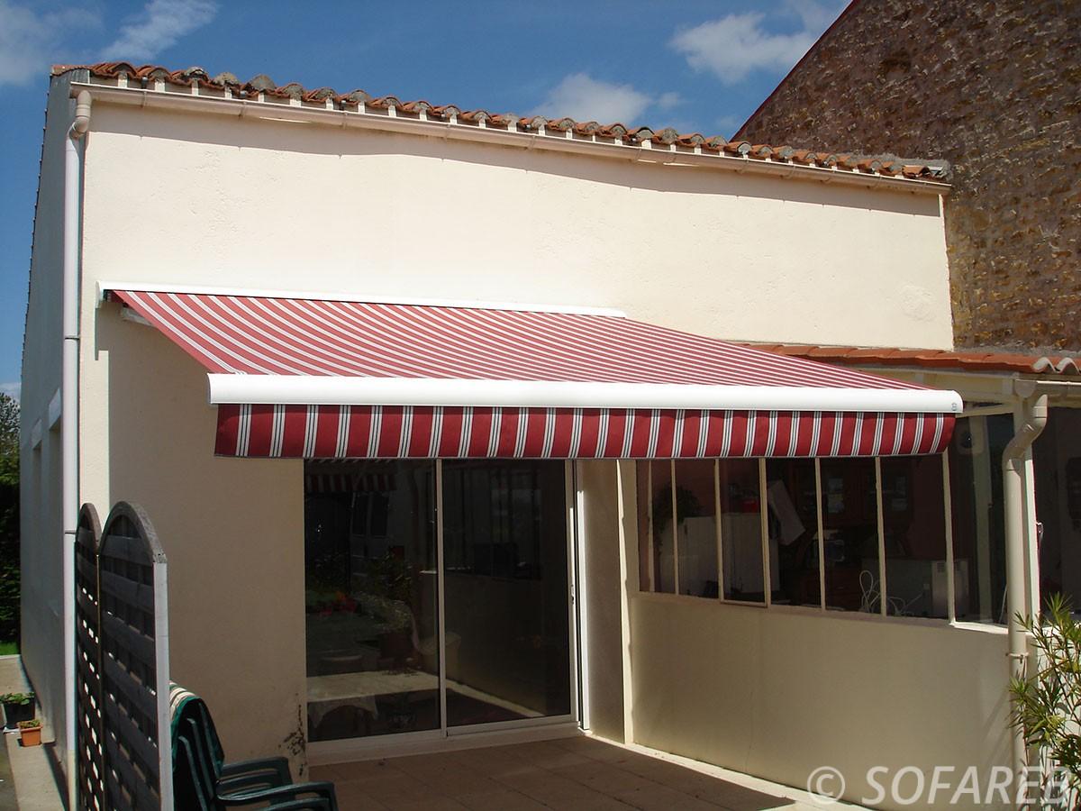 store blanc et rouge deroulant sur terrasse et ombrage