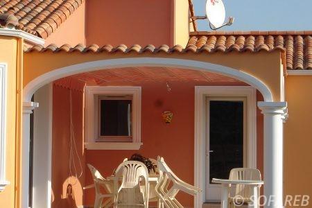 velum toit exterieur recouvrant le haut de la terrasse couleur orange ombrage