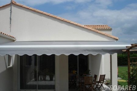 Store blanc devanture terrasse et deroulant - ombrage