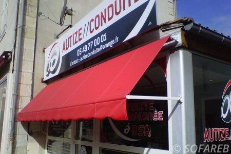 Store rouge dépliable devanture magasin ombrage