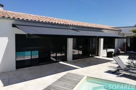 Grand stores bannes ke design - déployes pour protéger la maison du soleil