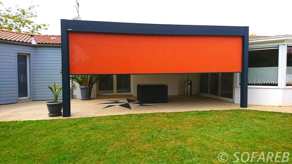 Store orange permettant d occulter du soleil par le cote la terrasse