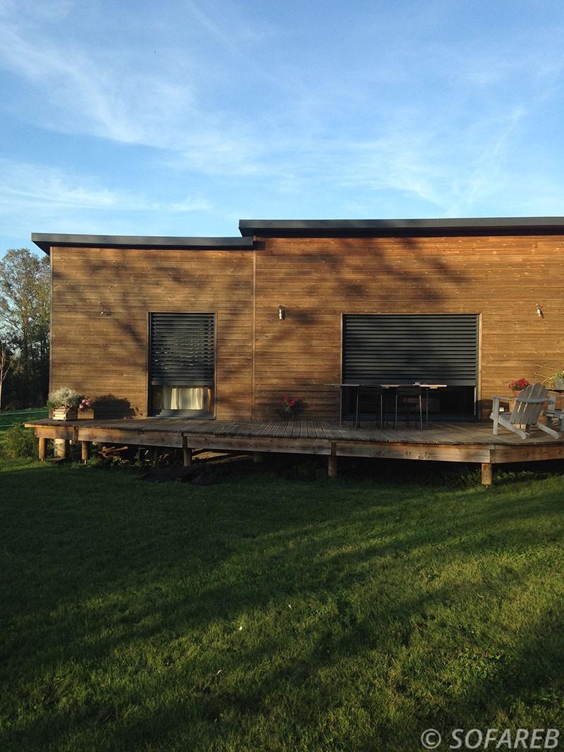 Store en metel - vertical et permettant de separer l interieure de la terrasse