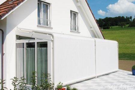 store blanc ombrage recouvrant integralement la terrasse de la maison