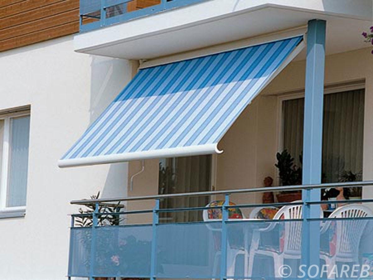 Store dépliant bleue et blanc terrasse fabrication vendee store