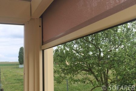 store verticale permettant de fermer une terrasse