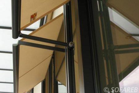 Store exterieur beige et noire ombrage fenetre