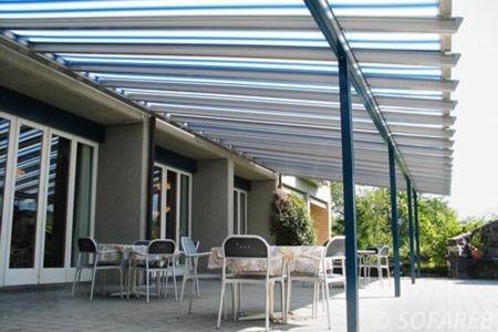 Velum exterieur blanc et bleue ombrage terrasse
