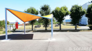 Structure mettalo textile jaune pour abriter les velos d'une ecole