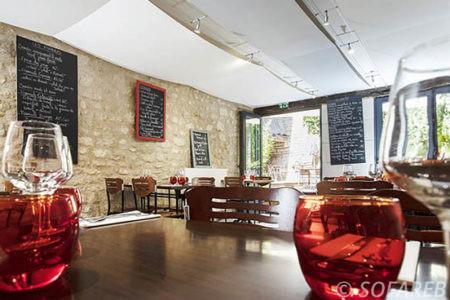 Toiles-acoustiques-suspendues-au-plafond-d-un-restaurant