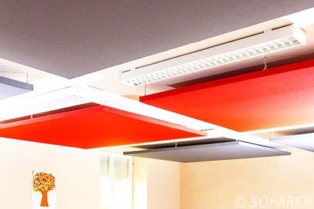 panneaux acoustiques au plafond d'une cantine