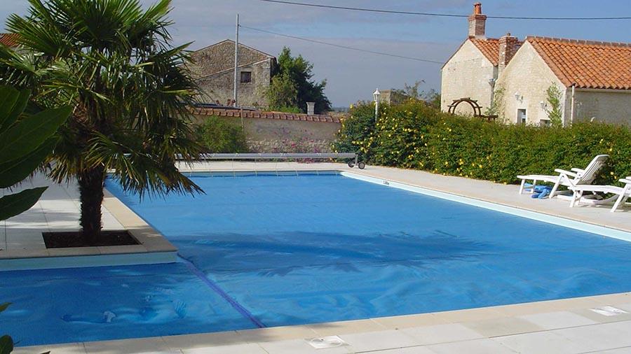 bache-sur-mesure-pour-hivernage-qui-recouvre-une-piscine